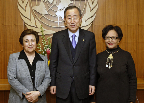 "Ebadi (links) bei einem Treffen mit UN-Generalsekretär Ban Ki-moon und Souhayr Belhassen, Präsidentin der ""International Federation for Human Rights"" in New York 2009 (Foto: United Nations Photo)"